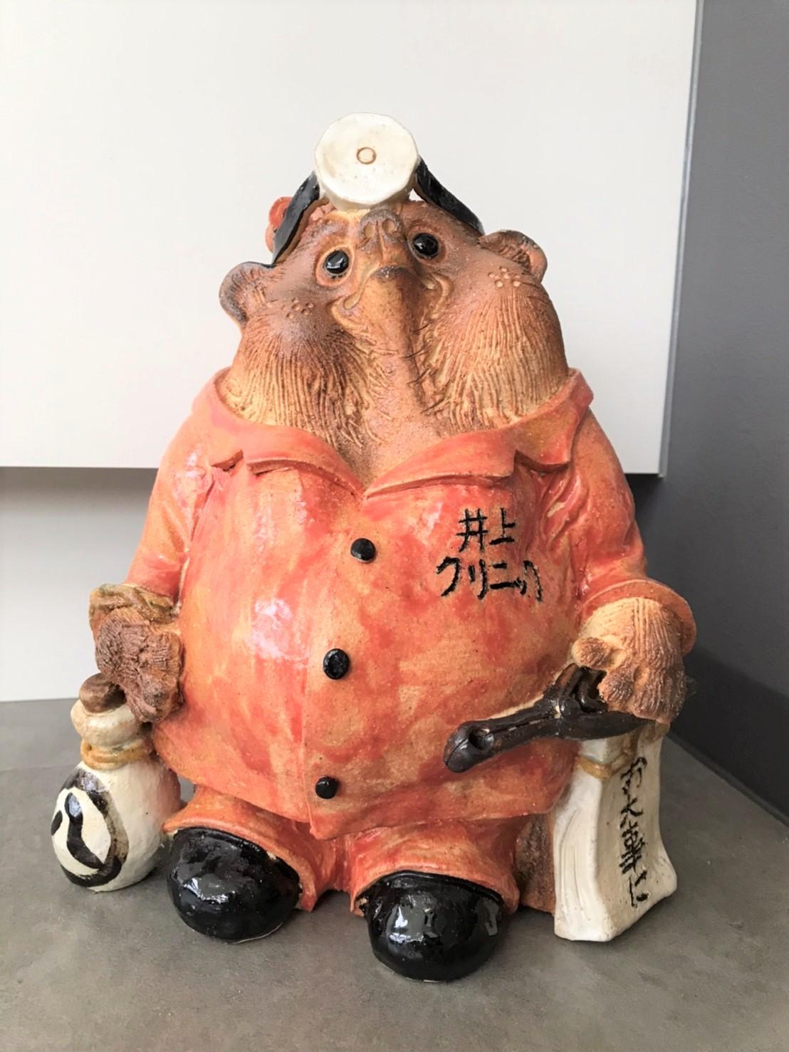 耳鼻科医の格好をしたオリジナルの信楽焼の狸の写真
